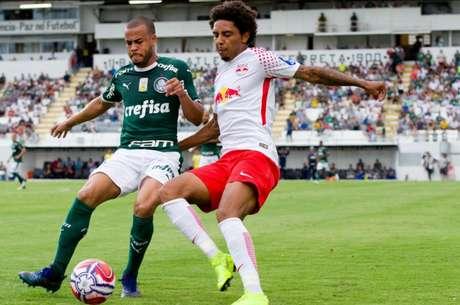 Mayke e Osman disputam bola durante o empate no Paulista (Foto: Maycon Soldan/Fotoarena/Lancepress!)