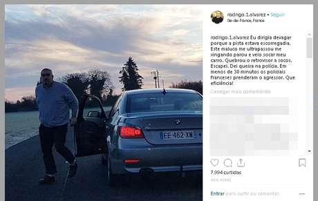 O momento em que o motorista transtornado avança na direção do carro do repórter brasileiro