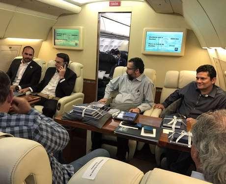 O Presidentente Jair Bolsonaro ao lado do filho, o deputado federal Eduardo Bolsonaro, o ministro dasRelações Exteriores Ernesto Araújo e o ministro da Justiça Sérgio Moro dentro do avião presidencial indo para Davos