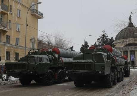 Mísseis S-400 russos em parada militar em Volgogrado 02/02/2018 REUTERS/Tatyana Maleyeva
