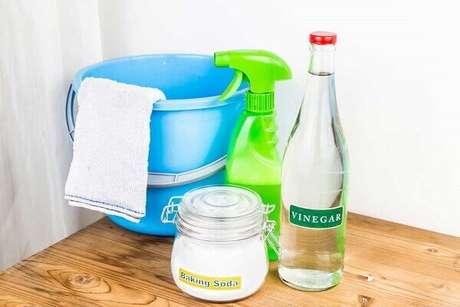 2- O bicarbonato de sódio e o vinagre são as formas mais simples de como desentupir privada. Fonte: Ideias Decor