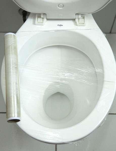 5- Como desentupir vaso sanitário com papel filme é simples, você deve ficar atento apenas na vedação do vaso com o papel. Fonte: Pinterest