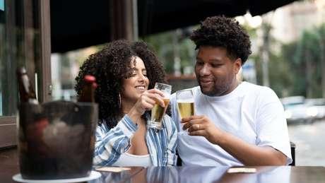 O brasileiro adora chamar alguém para tomar uma cervejinha - e normalmente esse papo se estende até altas horas