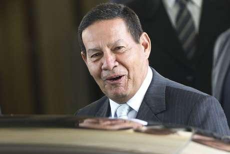 O presidente em exercício falou com jornalista ao sair de seu gabinete no Palácio do Planalto