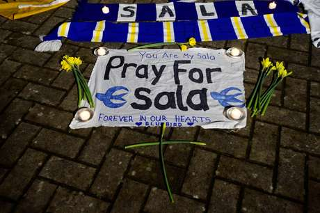 Torcedores do Cardiff, destino do jogador, também prestaram homenagens