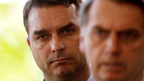 Flávio e Jair Bolsonaro durante pronunciamento do presidente