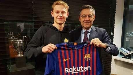 Frenkie De Jong com o presidente do Barcelona, Josep Maria Bartomeu