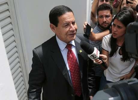Hamilton Mourão fala com jornalistas no Rio de Janeiro 30/10/2018 REUTERS/Sergio Moraes