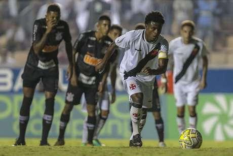 Lucas Santos, do Vasco, em cobrança de pênalti em partida contra o Corinthians, válida pela semifinal da Copa São Paulo de Futebol Júnior, na Arena Barueri, em Barueri (SP), nesta terça-feira, 22.