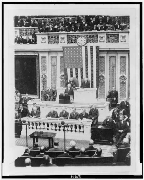O presidente Calvin Coolidge em seu discurso ao Congresso, em 1923, o primeiro transmitido pelo rádio