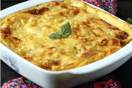 Finalize sua lasanha com queijo e orégano!