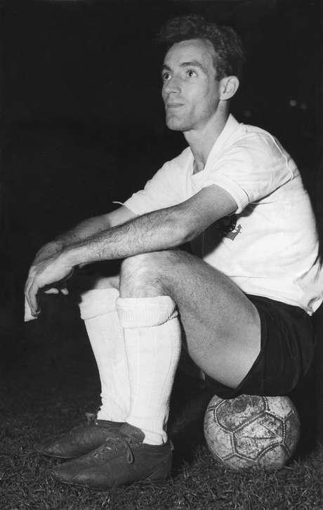 """O jogador Luiz Trochillo, o """"Luizinho Pequeno Polegar""""; posa com o uniforme do Corinthians na década de 50."""