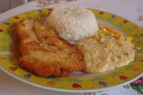 Creme de milho com arroz branco e filé de frango à milanesa