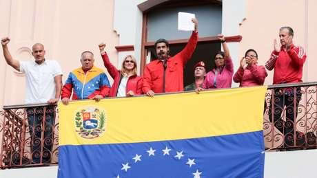 Cercado de correligionários, Maduro acusa os EUA de tentarem removê-lo do poder
