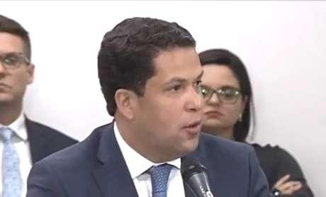 João Vítor Xavier, ao apresentarparecer em comissão