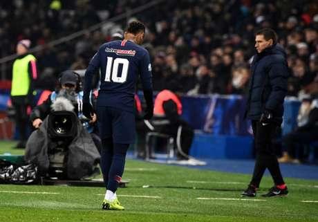 Em jogo pelo PSG, Neymar voltou a machucar o pé direito (Foto: AFP)