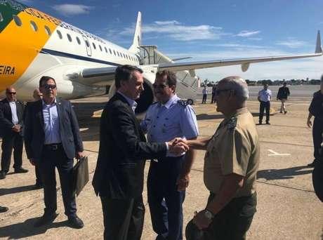 Presidente Jair Bolsonaro é recebido pelo general do Exército Luiz Eduardo Ramos Baptista Pereira no aeroporto de Congonhas, em São Paulo, onde o presidente desembarcou no domingo, 27,para se direcionar ao Hospital Albert Einstein