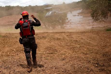 Bombeiro gesticula para helicóptero de resgate em área atingida pelo rompimento de barragem em Brumadinho (MG) 27/01/2019 REUTERS/Adriano Machado