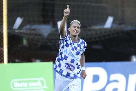 Márcio Jonatan, jogador do São José, comemora seu gol durante partida contra o Internacional