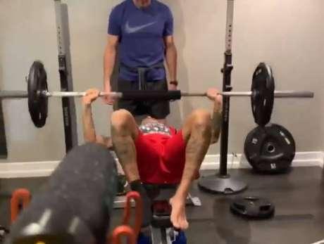 Neymar faz academia com uma proteção no pé direito, lesionado na última quarta-feira em jogo do PSG.