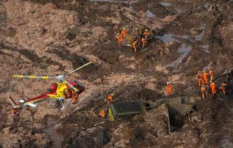 Equipes de resgate trabalham sobre destroços de rompimento de barragem da Vale em Brumadinho (MG)