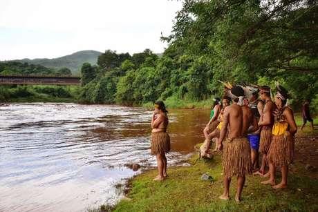 Indígenas da tribo Pataxo Ha-ha-hae observam rio Paraopeba em São Joaquim de Bicas 25/01/2019 REUTERS/FUNAI/Divulgação via Reuters