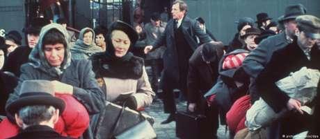 """Cena da série """"Holocausto"""": judeus são deportados para campo de concentração"""