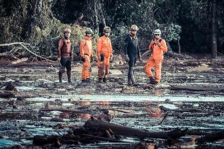 Bombeiros de helicóptero e equipes em terra estão trabalhando no limite no resgate de corpos das vítimas na região de Tejuco, em Brumadinho