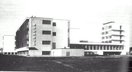 O prédio da Bauhaus em Dessau (projeto W.Gropius)