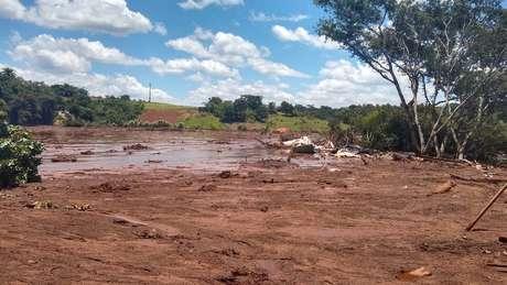 Imagem registrada na segunda-feira mostra que a lama já começou a endurecer nas extremidades. Porém, no centro, onde ficava a casa de Geraldo e Vera, continua mole