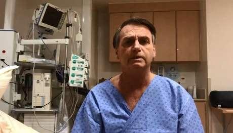 Em vídeo postado nas redes sociais antes da cirurgia, Bolsonaro aparece de avental azul num quarto do Hospital Albert Einstein