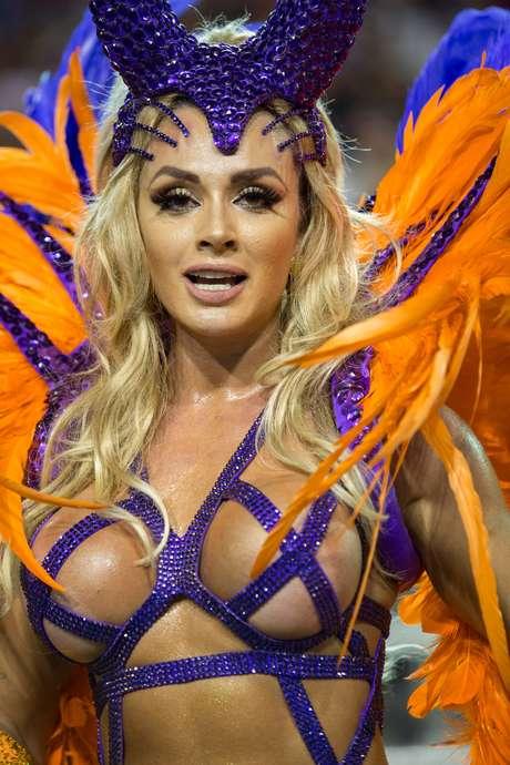 Juju Salimeni, rainha de bateria durante desfile da escola de samba X9 Paulistana