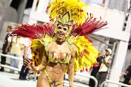 A musa Cacau Colucci em desfile da Dragões da Real