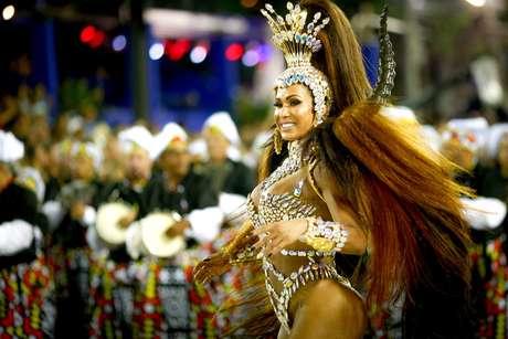 Gracyanne Barbosa em desfile da União da Ilha