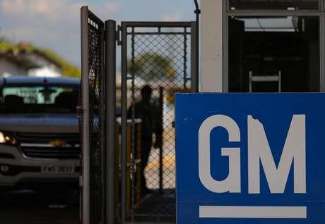 Logo da GM em frente à fábrica de São José dos Campos (SP)