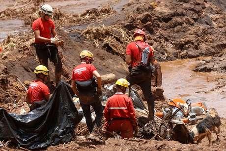 Bombeiros trabalham em meio a mar de lama de Brumadinho após rompimento de barragem da Vale 28/01/2019 REUTERS/Adriano Machado