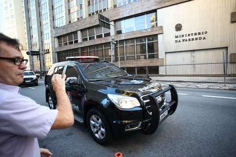 Movimentação no DHPP, em São Paulo (SP), nesta terça-feira (29), durante cumprimento de dois mandados de prisão expedidos pela Justiça Estadual de Minas Gerais contra engenheiros que que prestavam serviço para a mineradora Vale e atestaram a segurança da barragem 1 da Mina do Feijão, em Brumadinho (MG), que se rompeu na última sexta-feira