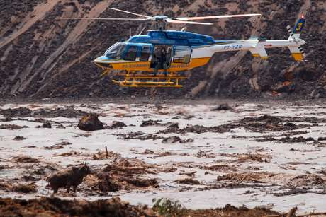 Helicóptero sobrevoa região do rompimento da barragem da Mineradora Vale, Corrego do Feijão, região de Brumadinho MG (28/01/2019)