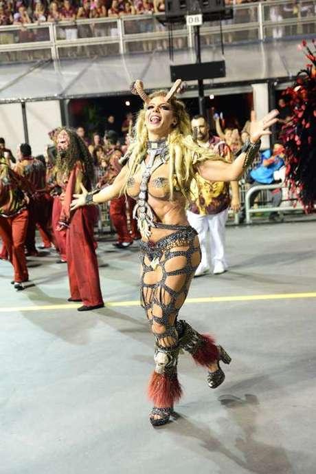 Sheila Mello foi a madrinha da bateria da estreante Independente Tricolor