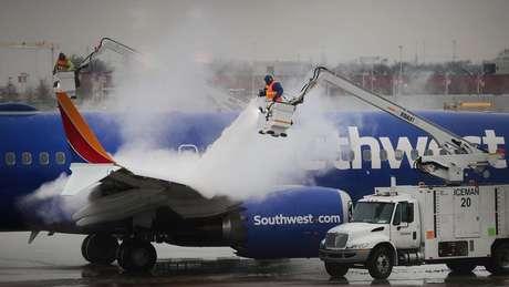 Trabalhadores descongelam avião da Southwest Airlines em Chicago, uma das cidades que espera-se serem mais afetadas pela onda polar