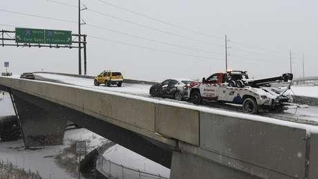 Motoristas estão sendo orientados a tomar medidas de precaução extra, com as estradas cobertas de neve