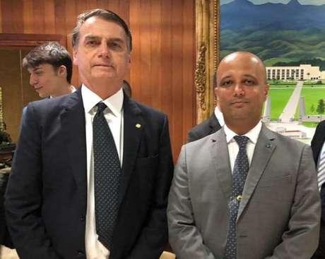 O presidente Jair Bolsonaro e o deputado federal eleito Major Vitor Hugo (PSL-GO), líder do partido na Cãmara