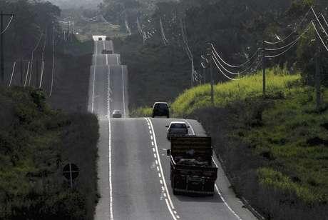 Veículos em rodovia  17/08/2009 REUTERS/Paulo Santos