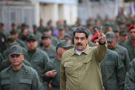 Presidente da Venezuela Nicolás Maduro rodeado por militares em base em Caracas 30/01/2019 Miraflores Palace/Handout via REUTERS