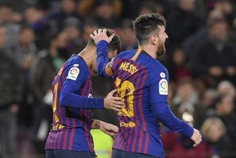 Coutinho recebe o cumprimento de Messi após abrir o placar para o Barcelona (Foto: Lluis Gene / AFP)