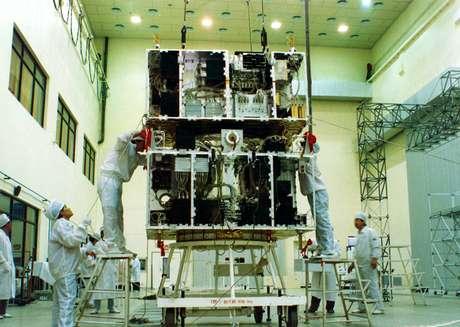 Técnicos trabalham no Cbers1, primeiro da série de satélites lançados pela parceria Brasil - China