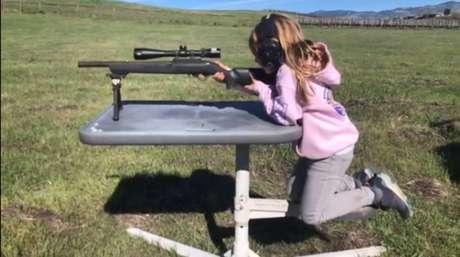 , Willow, de 7 anos, atinge pequenos alvos em longa distância.