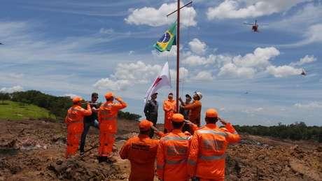 Integrantes das equipes de resgate prestam homenagem às vítimas de Brumadinho