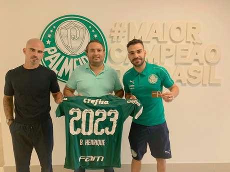 Bruno Paiva, Bruno Henrique e Alexandre Mattos após a renovação com o Palmeiras (Foto: Divulgação)