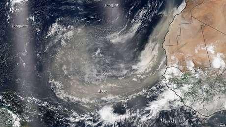 Imagens de satélite mostram com clareza a nuvem de poeira cruzando o Atlântico em direção ao continente americano